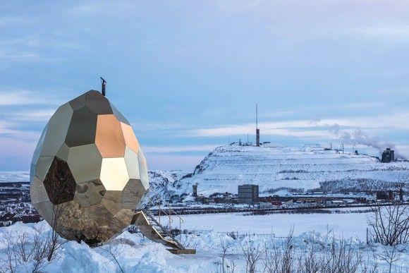 宇宙人が産み落としていった卵?雪の中にゴールデンエッグが出現だと?実はこれ、サウナなんです。(スウェーデン)
