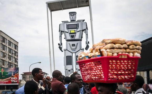 アフリカ、コンゴにリアル・ロボコップが登場。路上に立ち、交通監視。