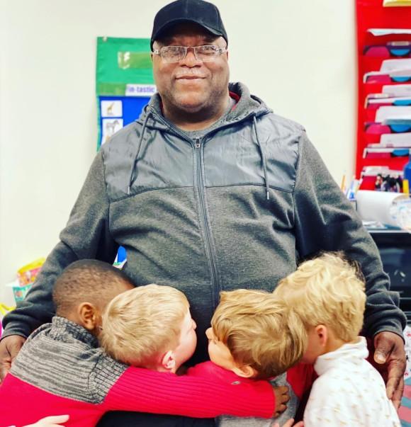 自閉症の生徒を救った用務員男性にサプライズ