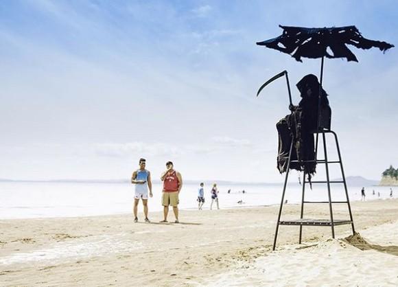 一部のビーチ開放に喜ぶフロリダ州住民に、あの死神が超絶監視(アメリカ)