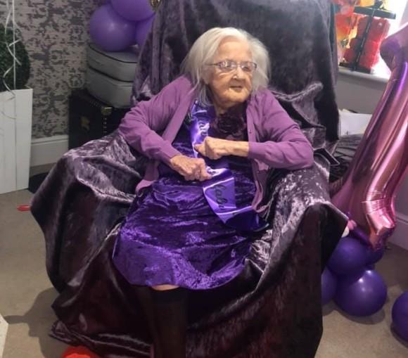 孤独なおばあさんの100歳の誕生日に世界中からプレゼントとメッセージ