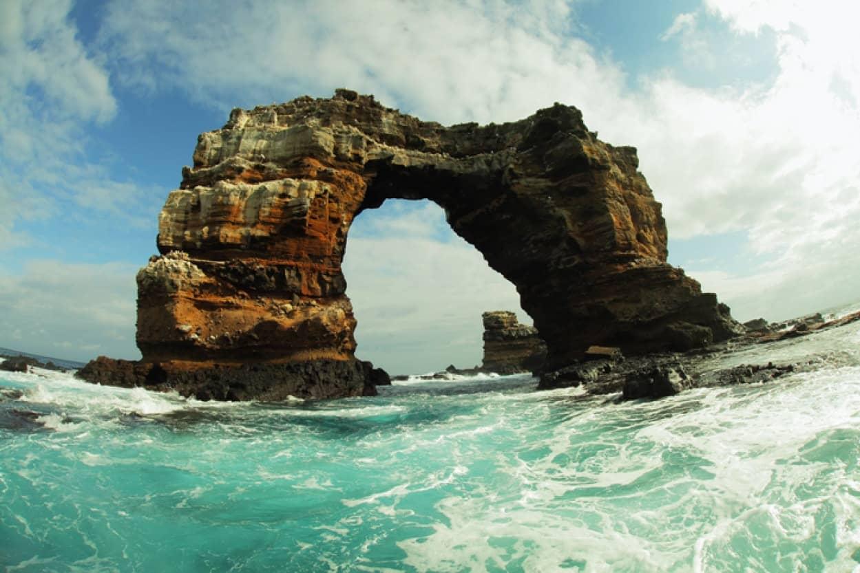 ガラパゴス諸島名物の巨岩の橋「ダーウィンズアーチ」が崩落