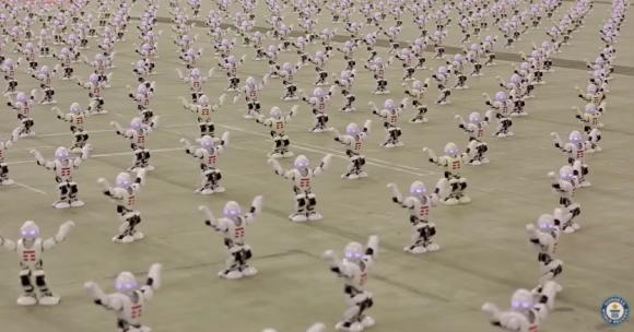 小型ロボット1372体が一斉にダンス!「最も多くのロボットをいっせいに躍らせた」としてギネス世界記録に認定(イタリア)