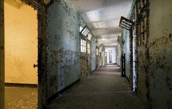 news_inside_abandoned_insane_asylum_08