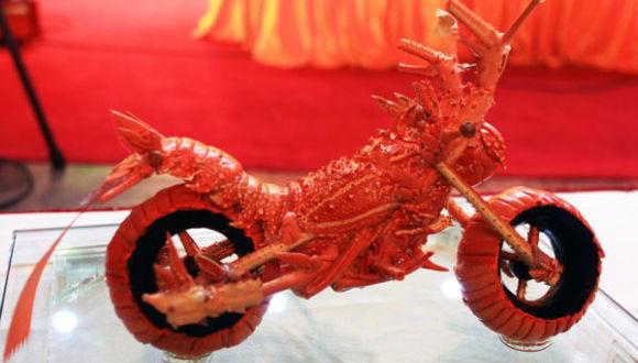 防御力高そう・・・ロブスターの殻で作った甲殻バイクがちょっとかっこいい