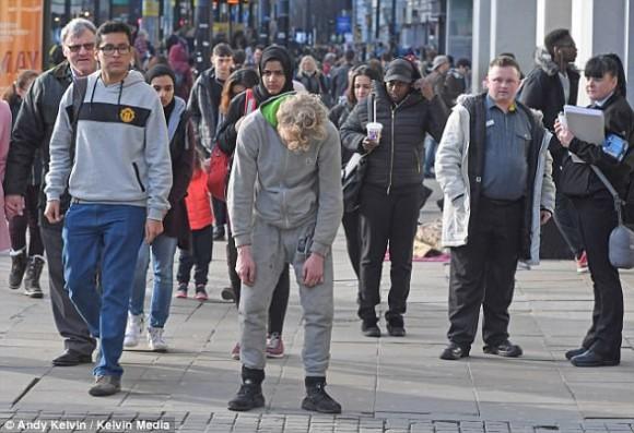 使用者をゾンビのようにしてしまう危険なドラッグ「スパイス」中毒者がイギリス・マンチェスターの町をさまよい歩く。