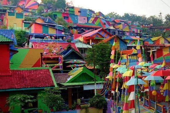 スラムの集落をペンキで着色したところ、「虹色の村」として観光客が押し寄せる名所に(インドネシア)