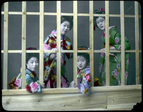 鎖国から一転、近代化の波が押し寄せる明治時代の終りに暮らす日本人の様子が伝わる「着色写真」