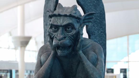 「ようこそ、イルミナティの本部へ」陰謀説うずまくデンバー空港が噂を逆手にとって、しゃべるガーゴイルを設置(アメリカ)
