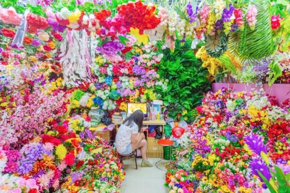 そこはヴィヴィットな色の洪水だった。中国の市場に並ぶカラフルでキッチュな商品の数々