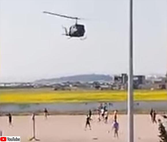 外出禁止を守らずサッカーの試合をしていた若者に軍が出動。ヘリコプターの砂煙を浴びせ退散させる(チュニジア)