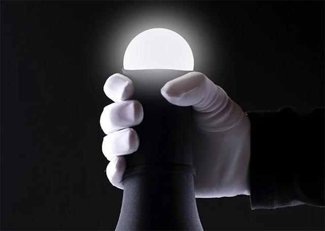 皮をむくとライトが光り、被せると消える。なんとなく愛おしいランプが限定発売中
