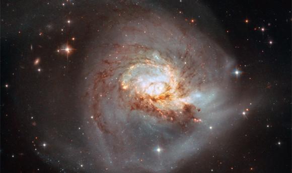 宇宙に咲く薔薇のよう。渦巻銀河「NGC 3256」を撮影した驚くべき写真