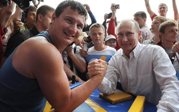 腕相撲をするプーチン大統領