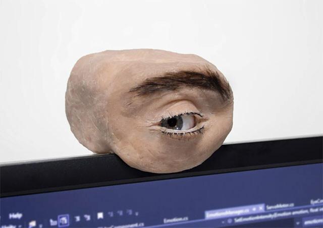 常に見られていることを意識したい。そんなあなたのための人の目型WEBカメラ(眉毛付き)