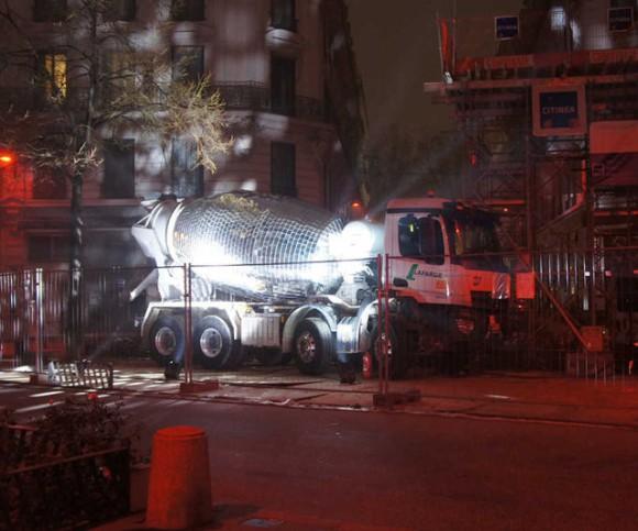 コンクリートミキサー車を巨大ミラーボールに大改造。工事現場をナイトクラブに