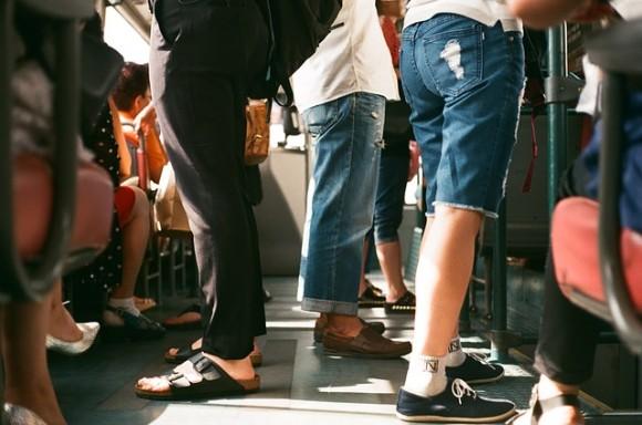 スピーカーをかかえて地下鉄に乗り込んだ男性、大音量で音楽がダダ漏れ。だが皆が笑顔で大合唱(アメリカ)