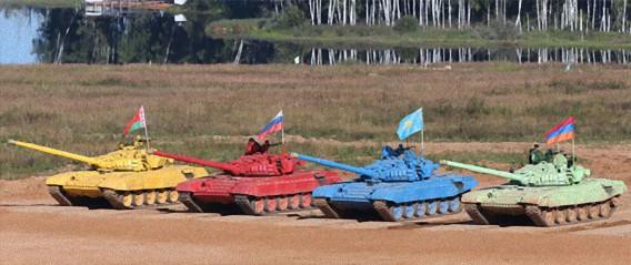 ロシアで世界初、戦車によるバイアスロン競技が行われる。赤い戦車は3倍増しか?