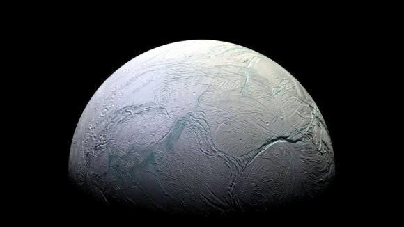 土星の衛星「エンケラドゥス」は地球上の微生物が繁栄する可能性が示唆される。もしかしたらすでに生命が?