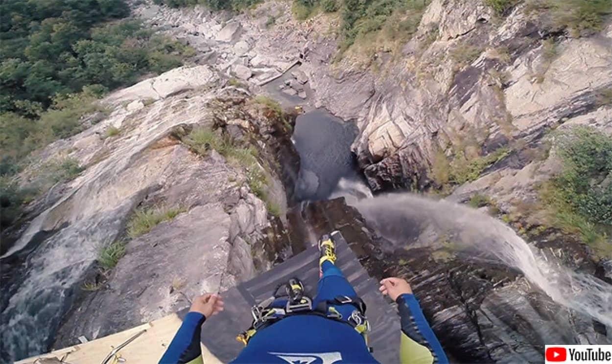 高さ59メートルからの水中ダイブ