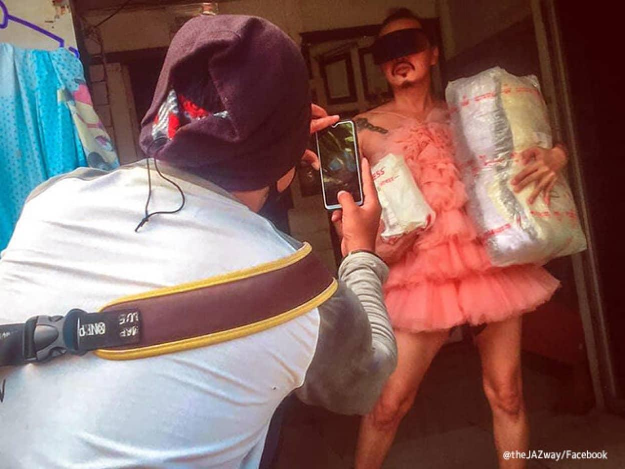 フィリピンでは配達物受取証明写真を盛るのが流行ってる件
