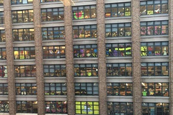 小競り合いはいたるところに。2つのビルの間で行われた「ポストイット戦争」(アメリカ)