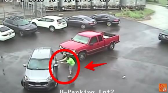 浮気の報復か?「俺の彼女と浮気しただろう!」と叫びながら大型ハンマーで車を粉砕する男性(アメリカ)