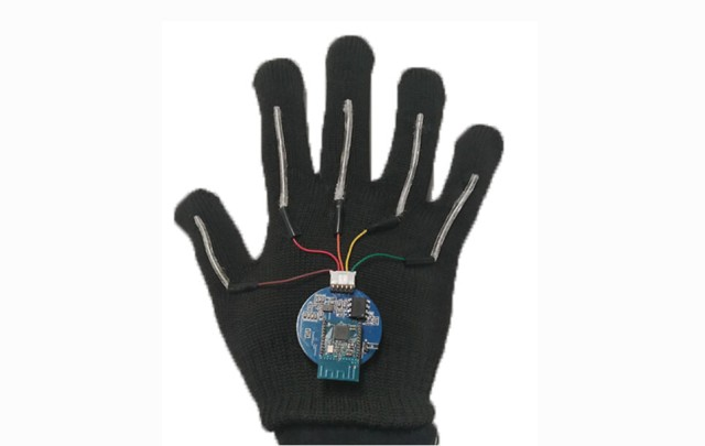 手話を言葉に変換する手袋