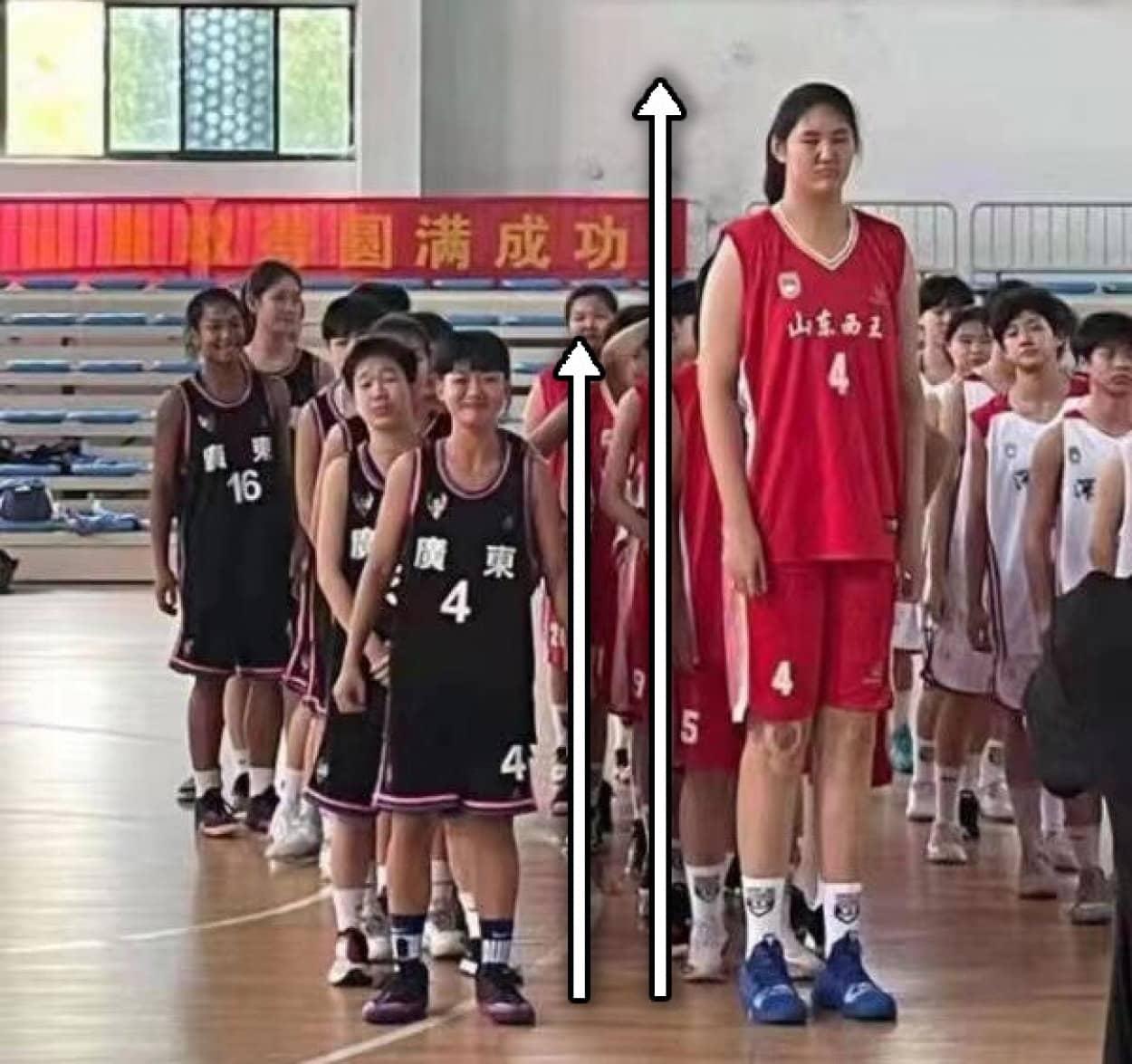 14歳で身長226cmの少女、バスケットボールで活躍中