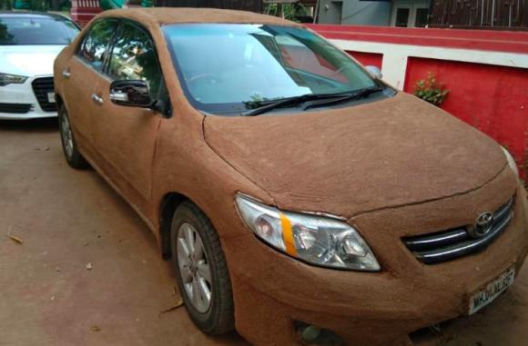 自然のエアコン効果。牛フンで車をコーティングすると車内を涼しく保てるというライフハック(インド)