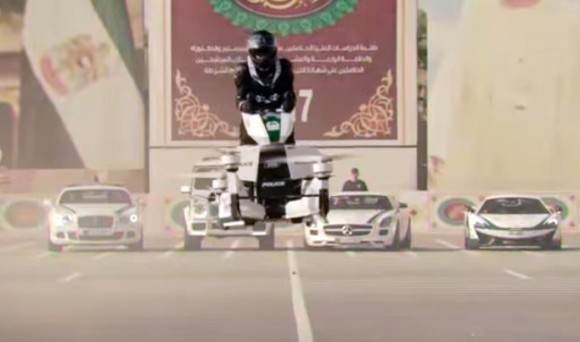 未来に一番近い警察、ドバイ警察が採用した空飛ぶバイクを披露。2年以内に実用化予定