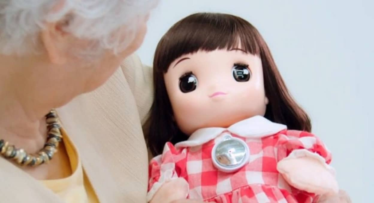 高齢者向けAI人形、うちのあまえんぼ あみちゃんが販売中