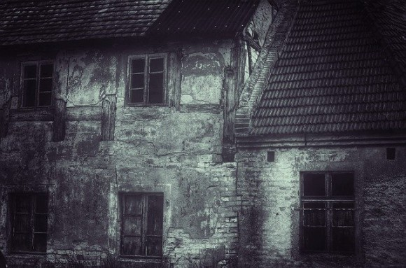 外出制限を守らない違反者は、幽霊が出ると評判の廃墟に隔離措置(インドネシア・ジャワ島)