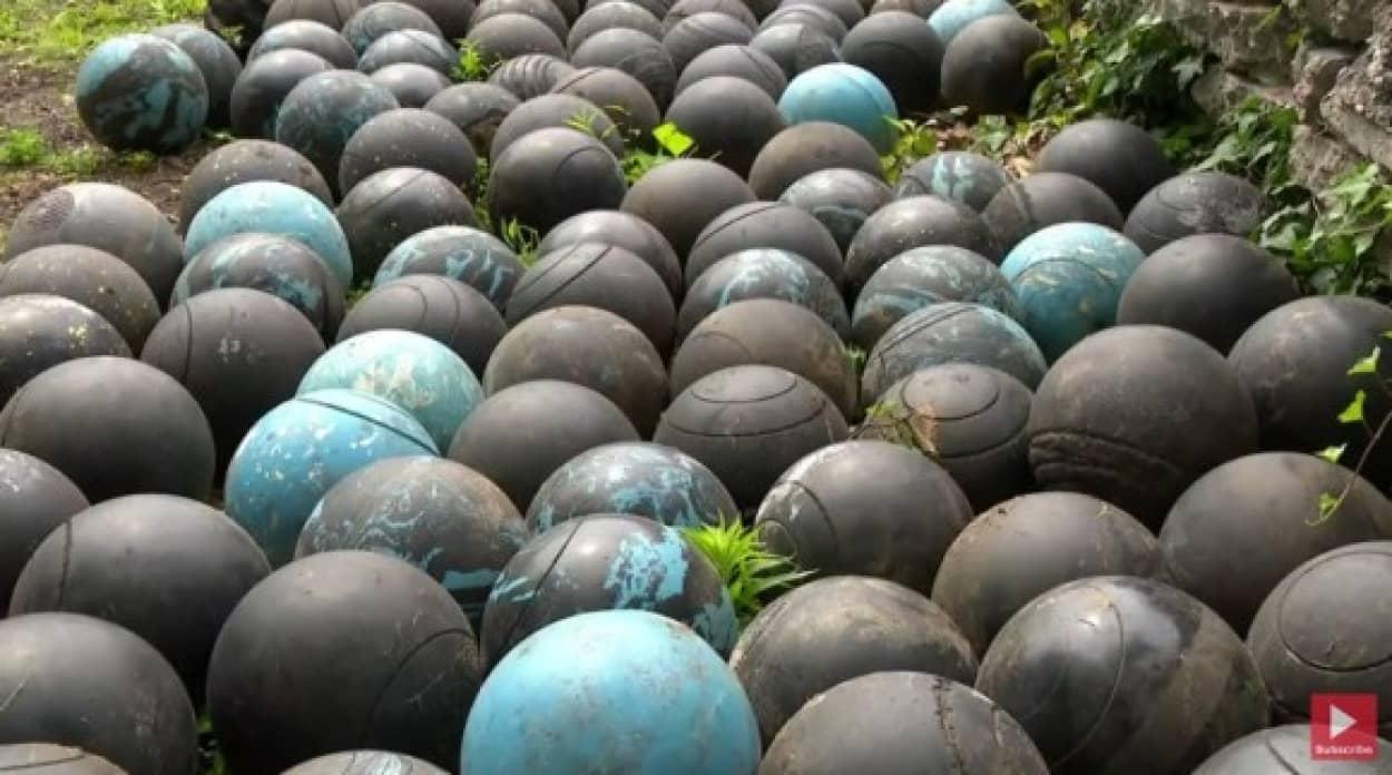 家の下に大量のボウリングボールが発見されるという珍事