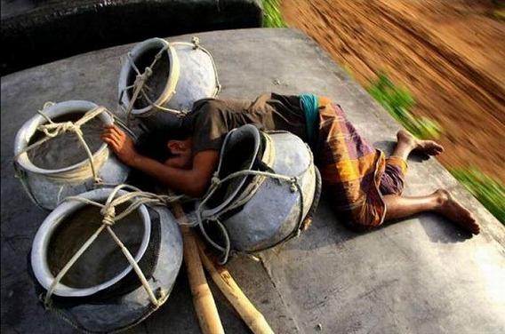 harrowing_bangladesh_train_hopping_images_17