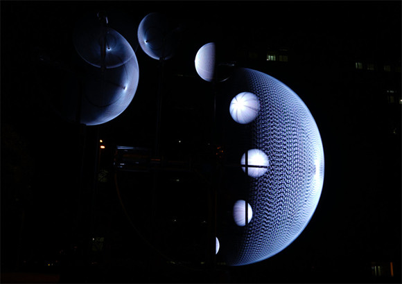 月の満ち欠けを9つの回転するLEDライトで表現。月の表情を一度に堪能できる優美なインスタレーション(台湾)