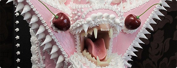 食べるつもりが逆に食べられそう。ぱっくり口を開けた鋭い牙を持つ ...