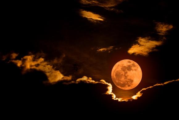 赤銅色に月が染まる。2018年1月31日は皆既月食。22時前後は夜空にロックオン