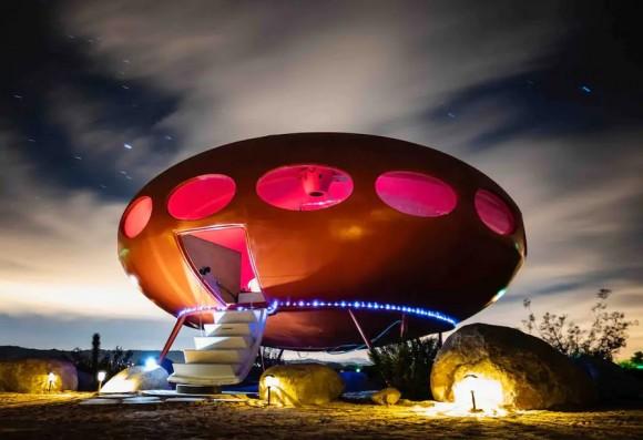 砂漠の真ん中にあるUFO型宿泊ホテル