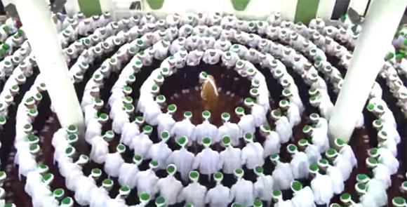 壮観。シーク教徒たちが円陣を組み祈りを捧げるレア映像