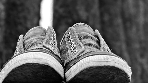 VANs(ヴァンズ)のスニーカーは足で床に放り投げると必ず靴底で着地する!?海外ツイッター民が実験しまくる