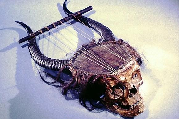 人間の頭蓋骨で作られた楽器、リラ。(メトロポリタンコレクション)