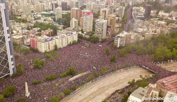 人が溢れすぎて道路と広場が完全に埋まる。チリ・サンティアゴの広場に集まった100万人の人々
