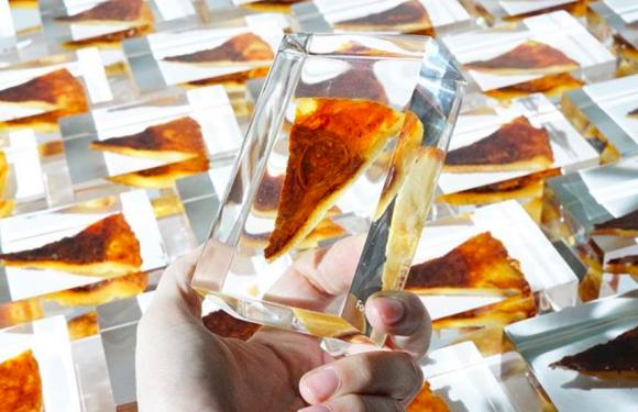 永遠にピザ!どこまでもピザ!本物のピザをアクリル樹脂に埋め込んだオブジェが販売中(アメリカ発)