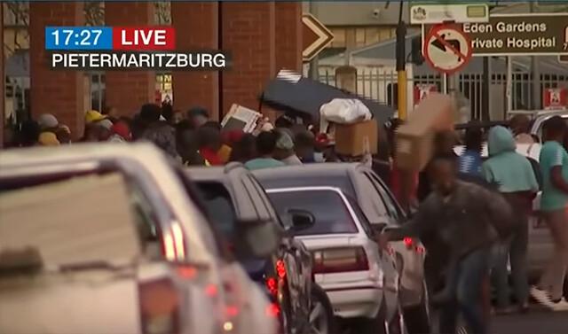 暴動からの略奪。キャパを越えて物を盗みまくる世紀末的風景(南アフリカ)