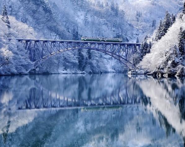 雪景色を走る列車