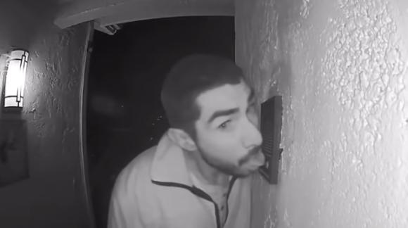 ペロペロ、ぺペロペロ・・・玄関チャイムを3時間舐め続けた男をとらえた監視カメラ映像(アメリカ)