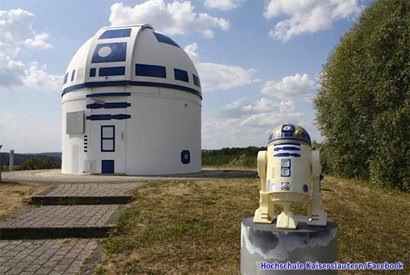 見晴らしの良い大地に巨大なR2D2が立つ。スターウォーズの世界を閉じ込めたドイツの天文台