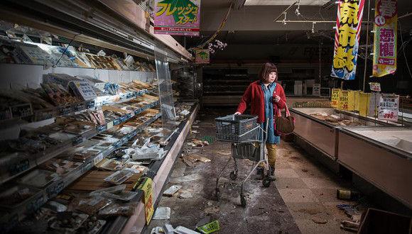フランス人カメラマンが福島の被災者に協力を仰ぎ、被災前の平凡な日常を被災地で再現してもらった写真集