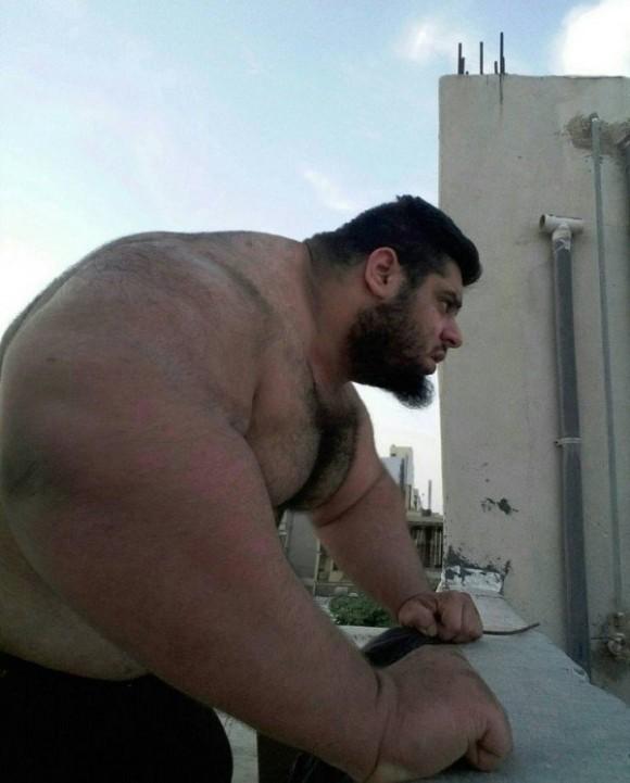 その筋肉と体つきはまさに超人ハルク。イランのハルクとの異名を持つ男